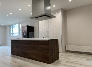 013-アイランドキッチンのある開放的な空間の家